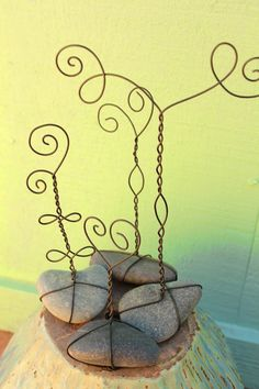 LilyGirl Jewelry: DIY: Wire Photo Stands