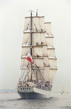 Dar Młodzieży seen from her stern