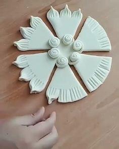 Kakim krasivыm možet bыtь testo ) Master k sožaleniю ne izvesten. Knitting Cake, Easy Fabric Flowers, Pie Decoration, Lovely Tutorials, Pastry Design, Frosting Techniques, Pie Shop, How To Make Pie, Animal Cakes
