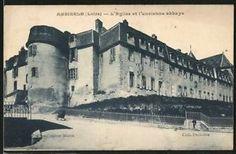 Ambierle L´eglise ET L´ancienne Abbaye 1930 - ANCIEN PRIEURE D'AMBIERLE MONUMENT HISTORIQUE, 2:  Longeant le bas-côté et le transept, 2 chapelles, un vestibule et la sacristie bordaient la partie N du cloître. Ces bâtiments existent toujours. La partie E. abritait le dortoir, ajouté en 1753. L'ancien logis était implanté précédemment au N. de l'église. Au 1° étage de cet ancien logis, une pièce est ornée de boiseries et de dominos de papier peint.