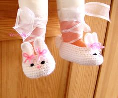 Crochet Bunny baby shoes White handmade shoes Baby por TheCCVillage