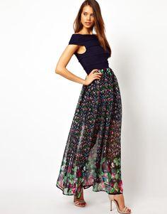 Günlük Uzun Elbise Modelleri içerisinde birçok farklı tasarım, desen, model ve renkte ürünler mevcuttur. Özellikle yaz aylarında kullanılan şifon ve tül