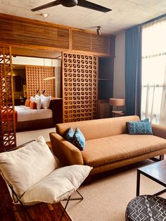 Meilleurs hôtels à Bali (à tous les prix) - Digital Nomadess Kitchenette, Ubud, Glamping, Hotel Bali, Bungalow, Le Prix, Great Hotel, Architecture, Sofa