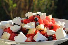 Melonsallad med krämig ost & jordgubbar   Daniel Lakatosz matblogg