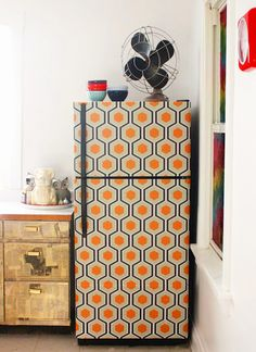 Before & After: Aunt Peaches' Wallpapered Fridge – Design*Sponge Temporary Wallpaper, Diy Wallpaper, Honeycomb Wallpaper, Removable Wallpaper For Renters, Renters Wallpaper, Apartment Wallpaper, Stick On Wallpaper, Wallpaper Cabinets, Wallpaper Awesome