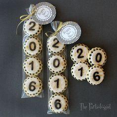 New Year's Cookies! - Ka Miez Ⓥ - New Year's Cookies! The Partiologist: New Year's Cookies! New Years Eve Dessert, New Years Eve Party Ideas Food, New Years Eve Food, Royal Icing Cookies, Cupcake Cookies, Sugar Cookies, Dessert Nouvel An, Fondant Numbers, Paletas Chocolate
