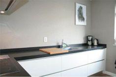 Witte design keuken met eiland in hoogglans, greeploos en met systeemladen | ontwerp: Monique van Koppenhagen | kleur fronten: wit hoogglans | werkblad: composiet steen #interieurstyling #interieurbouw #maatwerk #keuken #composiet #design #greeploos #hoogglans