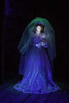 Phantom Manor little bride at the end of the ride Disney Hub, Disney Parks, Halloween Ghosts, Halloween Decorations, Outside Decorations, Disney Rides, Disney Cosplay, Haunted Mansion, Disneyland Paris