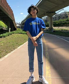 Veja como usar moda retrô no seu estilo, com dicas simples. Retro Outfits, Trendy Outfits, Boy Outfits, Vintage Outfits, Fashion Outfits, Korean Outfits, 90s Outfit Men, Skater Outfits, 80s Fashion Men