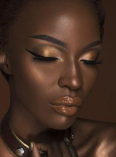 Dark Skin Model has Nubia Loose Highlighter and Warrior Eyeshadow . Light skin model has Nefertiti Loose Highlighter . For skin tones… Dark Skin Makeup, Dark Skin Beauty, Natural Makeup, Eye Makeup, Makeup Eyebrows, Contour On Dark Skin, Beauty Makeup, Golden Makeup, Unique Makeup