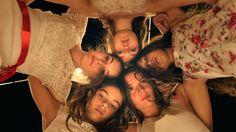 """Facebook Twitter Google+ Pinterest LinkedInMayıs ayında Cannes Film Festivali'ndeki """"Yönetmenlerin 15 Günü"""" bölümünde gösterilen ve Cannes'dan Europa Cinemas Label Ödülü ve Saraybosna Film Festivali'nde de En İyi Film, En İyi Kadın Oyuncu ve Seyirci ödüllerini evine götüren Türk yönetmen Deniz Gamze Ergüven'in ilk uzun metrajlı filmi Mustang, 88'inci Akademi Ödülleri'nde Yabancı Dilde En İyi Film"""