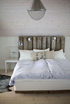 Une tête de lit en palette avec lampes