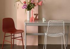 Hier is een neutrale basis van beige-roze gekozen om alle zachte roze- en roodtinten te laten spreken. Het grijs en wit van de stoel en de tafel speelt een ondersteunende rol hierbij. Het roze vlak tegen de muur dient als achtergrond voor het weelderige zomerse boeket bloemen. Voor dit roze vlak kun je en plaat mdf of lang schildersdoek gebruiken.