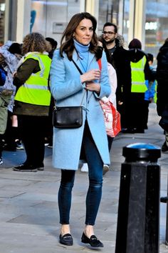 Kate Middleton seen in Kensington for the first time since returning from the royal tour to Ireland The Duchess of Cambridge, was pictured carrying a huge bag of books as she stepped out of the Waterstones store near her Kensington Palace Home on Friday. Estilo Kate Middleton, Kate Middleton Outfits, Kate Middleton Coat, Kate Middleton Latest, London Outfit, Blue Coats, Latest Outfits, Stylish Outfits, Fashion Outfits