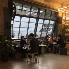 후끈 후끈한 토요일 ⚡환기를 위해  잠시 창문을 열어도 되는 날씨네요!  오늘도 좋은 음악, 맛있는 커피와 함께 밤 10시까지 열려 있습니다. ☕