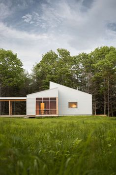 A wooded bluff above the Cousins River estuary is the location for a high performance home in southern Maine. Sited in a clearing, to take advantage of solar...