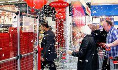 TASTE LANDs allra första kunder gör entre till personalens välkomnande applåder.   www.tasteland.se