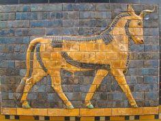 Relieve en azulejos satinados de un toro; de la puerta de Ishtar, Babilonia, s. VI a.C. Istanbul Archaeological Museums.