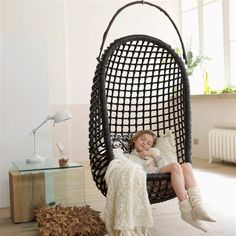 Un fauteuil à suspendre, très enveloppant pour retrouver le plaisir unique de se laisser bercer au-dessus du sol ...