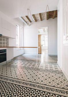 En Ciutat Vella, Barcelona se encuentra esta vivienda que data del s. XIX y en la que el equipo de Qubba Arquitectes ha realizado labores de remodelación con el objetivo de actualizar a la vez que realzar la belleza tradicional.