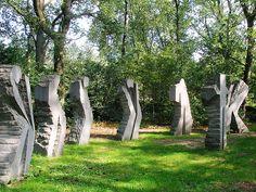 Materiaal; Eugène Dodeigne Titel; Sept (zeven) Stroming; Moderne beeldhouwkunst. Tijd; Rond 1955 toen hij de groeve van Soignies in Zuid-België ontdekte.  Materiaal; de hardsteen van de bovengenoemde locatie. De figuren zijn ongeveer 2,5 meter hoog.  Mening; De gestalten zijn als groep gecomponeerd wat ik interessant vind want, de twee buitenste buigen zich het sterkst waardoor Dodeigne de zes figuren beweging heeft meegegeven.