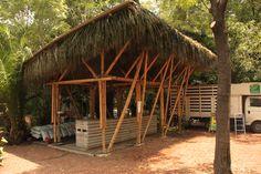PALAPA HUERTO ROMA VERDE Palapa para la tienda de verduras del Huerto Roma Verde. Estructura de bambú con cubierta de lámina de tetrapack reciclado y cielo raso de palma, cimentación con bases de c...