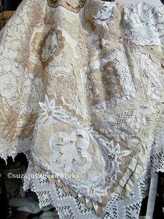 Suziqu's Threadworks: Layers and Layers of Collaged Lace and Doilies Threadworks de Suziqu: capas y capas de encaje y tapetes con collar Crazy Quilting, Crazy Patchwork, Crazy Quilt Stitches, Cross Stitches, Quilting Ideas, Vintage Textiles, Vintage Quilts, Vintage Sewing, Vintage Crafts
