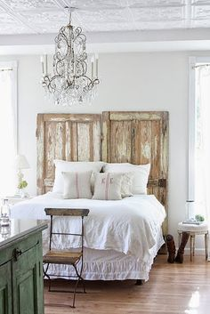 Old doors headboard. Old doors headboard. Old doors headboard. Home Bedroom, Bedroom Decor, Bedroom Ideas, Airy Bedroom, Dream Bedroom, Pretty Bedroom, Bedroom Furniture, Furniture Ideas, Bedroom Rustic