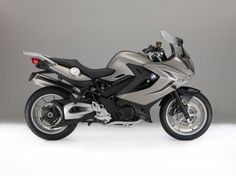 A partir del año modelo 2016, la BMW-R 1200 GS no solo estará disponible en los nuevos acabados de pintura. Con el fin de mejorar la seguridad de motociclismo, la gama de características especiales de equipos se amplía para incluir el ABS Pro banca-optimizado y la luz de freno dinámico (en conj...
