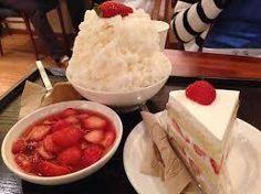 第 2 位 - 草莓刨冰 (₩8,000)、草莓蛋糕(₩4,800) 網路瘋傳的鮮奶油草莓蛋糕排隊名店Peony,草莓是店主尋訪全韓各地草莓農家,直接購入最新鮮的草莓的。幾乎每一個客人到來都是食刨冰配蛋糕,是人氣必點。  店家:Cafe Peony 地址︰麻浦區西橋店403-15
