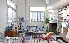 Barevný obývací pokoj s pohovkou IKEA.