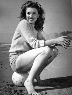 Marilyn Monroe photographed by André De Dienes,. - Miss Monroe Divas, Marilyn Monroe Photos, Marylin Monroe, Actrices Hollywood, Norma Jeane, Classic Beauty, Timeless Beauty, Timeless Elegance, True Beauty