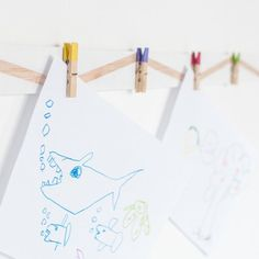 Learn how to make a lovely display to hang your children's art. It's easy and cheap! (in Portuguese)