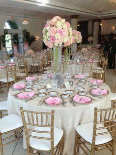 montaje de mesas... manteleria color champaña, tapas en velo blanco, sillas tiffany doradas