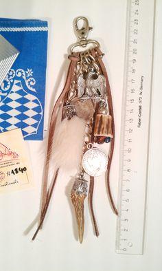 #Charivari #1840 #Adleranhänger, #Lederbänder und #Münzen • Schönes Unikat – #handmade der #besonderen Art • #Charivari #Kette #Trachtenschmuck mit vielen Anhängern • Massiv mit Karabinerhaken • mit vielen #Berlocken • schönes #hängendes, langes Chari • #Zinn - #Adler  • #Rehkrickerl - #Rehstange  • mit langen #Lederbänder  • #Fellcharivari  • 2 Florin #Münzen  •# Geweihstück mit #Halbedelsteinen  Alles in #Alt-Silber gehalten (keine echtes Silber)