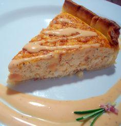 """Esta """"Receta de pastel de salmón con salsa rosa"""" te sirve tanto de entrante como de plato principal. Quiches, Salmon En Salsa, Fish Recipes, Seafood Recipes, Salsa Rosa, Salty Foods, Savory Tart, Quiche Lorraine, Kitchen Recipes"""