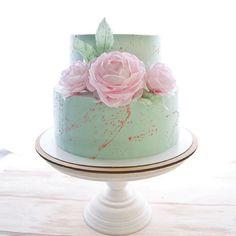 Первый раз торт с таким оформлением я сделала девушке на День Рождения. Теперь это один из часто заказываемых дизайнов на свадьбы 😊 Я очень этому рада,но хочется чего-то новенького. Иначе останусь без…