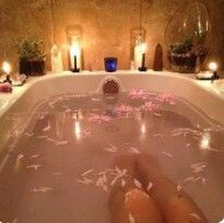 Pink flower bath with candles Jacuzzi, Spas, Entspannendes Bad, Pinterest Instagram, Design Industrial, Dream Bath, Lush Bath, Relaxing Bath, Just Relax
