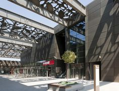 Image 15 of 39 from gallery of Asmacati Shopping Center / Tabanlioglu Architects. Photograph by Thomas Mayer Shopping Center, Shopping Mall, Design Café, Shops, Elderly Home, San Francisco, Concept Architecture, Architecture Design, Layout