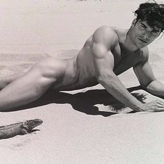 Taking a #sunbath in #Miami #Beach with my #friend  #iguane  by The #Legend Bruce Weber ! #amazing #shot #great #exhibition #rodin #museum #bruceweber #photooftheday