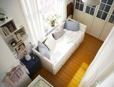 Kleines, gemeinsames Schlafzimmer mit PAX Kleiderschrank weiß mit 4 BIRKELAND Türen mit Glas, HEMNES Tagesbettgestell weiß + 3-teiligem NYPO...