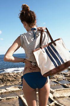 un maillot de bain bleu pour votre air moderne , bien combiné avec un sac de plage en tissu