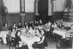 Un grupo de damas jovenes en un almuerzo en el Sevilla Biltmore, en los anos 40.