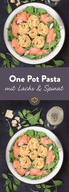 Frisch, leicht und ruckzuck gemacht: Mit der One Pot Pasta mit würzigem Räucherlachs und knackigem Baby-Spinat liegst du an heißen Tagen genau richtig.
