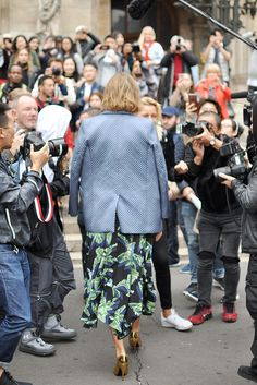 American model Arizona Muse exiting Stella McCartney show during Paris Fashion Week. Arizona is wearing an asymmetric parrot printed top and skirt from Stella McCartney's 2018 Resort collection. I love how light this silk skirt falls, and the . Belle Epoque, Paris Street, Paris Paris, Fashion Photo, Girl Fashion, Barcelona, Arizona Muse, Street Style Blog, Vestidos Vintage