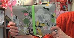 Rébecca Gillot, créatrice d'une Fée dans l'Atelier, nous accueille dans son atelier boutique pour nous apprendre à coudre une housse d'ordinateur portable. De jolis tissus, un élastique fluo, une machine à coudre et quelques minutes vous suffiront à la réaliser!