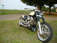 (zwaar omgebouwde Yamaha Wildstar 1600) Sidewalks, Choppers, Bobber, Ford Mustang, Motorbikes, Yamaha, Grass, Wings, Skull