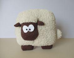 Sheep Cushion Knitting Patterns par fluffandfuzz sur Etsy https://www.etsy.com/ca-fr/listing/241756387/sheep-cushion-knitting-patterns