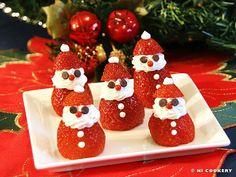 ハロウィンが終わって徐々に街はクリスマスムードになってきますね♪今回はクリスマスにぴったりなかわいいイチゴで作れるサンタさん、「いちごサンタ」のレシピを紹介します。 クリスマス