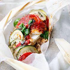 Ryba pieczona w papilotach z cukinią, pomidorami i ajvarem   Kwestia Smaku
